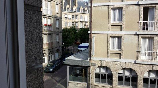 Hotel Les Ajoncs d'Or : vista sulla piazza dei locali di St.Malo