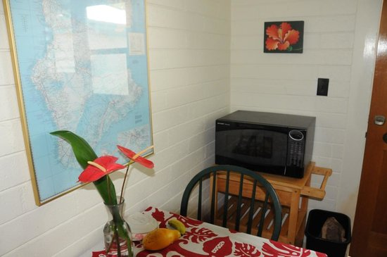 Dolphin Bay: Dining area in kitchenette