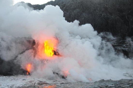Dolphin Bay: Lava, lava! Easy drive to Volcano.