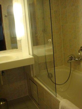 Scandic Hotel Grand Place: baño habitacion