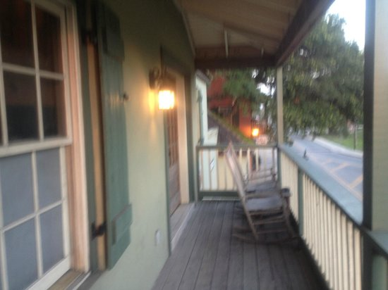 St. George Inn: Balcony (wraparound shared with other rooms)