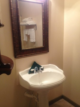 St. George Inn: Bathroom sink (would have prefered vanity with counterspace to pedestal)