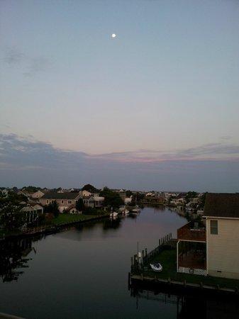Fenwick Islander Motel: Sunrise, full moon canal view from room