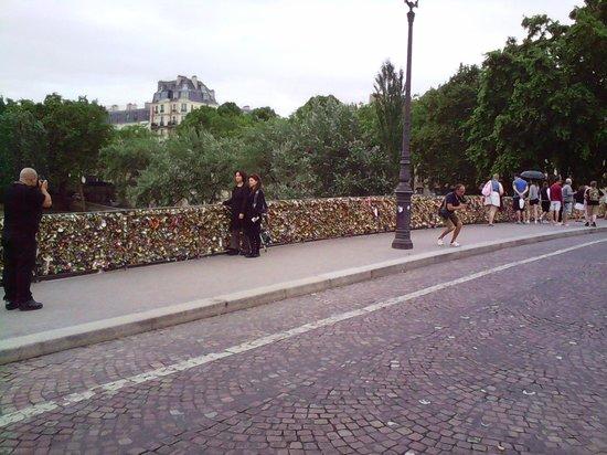 Hotel des 3 Poussins: Love Bridge