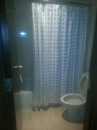 Hyatt Place Dallas/Las Colinas: tiny bathroom