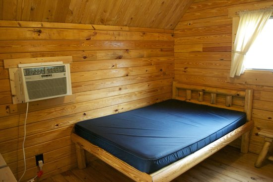 Traverse City KOA: Double Bed in Rustic Cabin