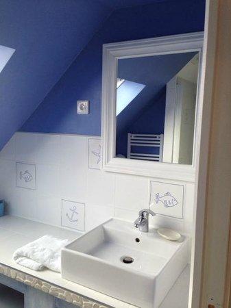 Une belle salle de bain propre - Picture of Ty var Roz, Plouhinec ...