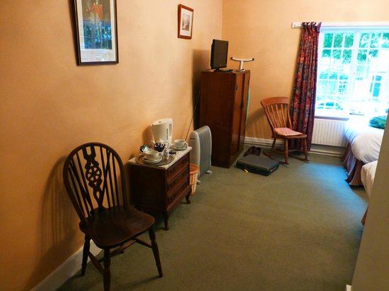 The Ostrich Inn: A 'dated' & dingy room 4