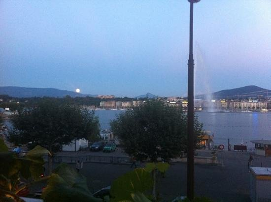 Il Vero Restaurant: Moon rise over the mountains