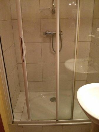 Hotel de la Plage : Douche de la chambre