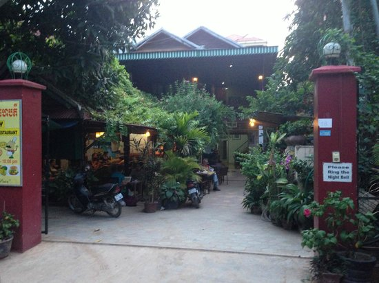 Happy Guest House: l'entrée et la terrasse