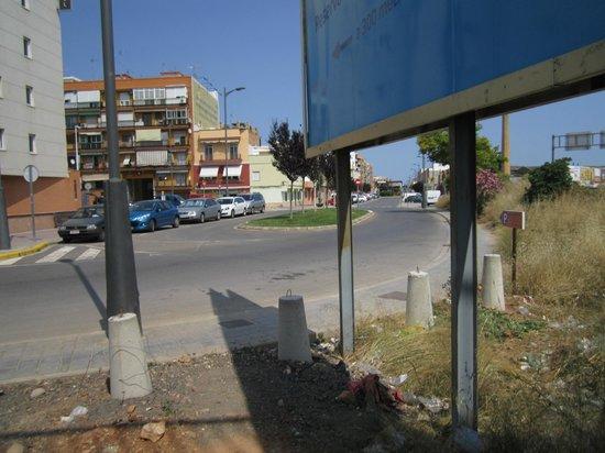 Travelodge Valencia Aeropuerto: Путь к отелю. Шаг 8 - выход с тропы, идем вперед держась правее