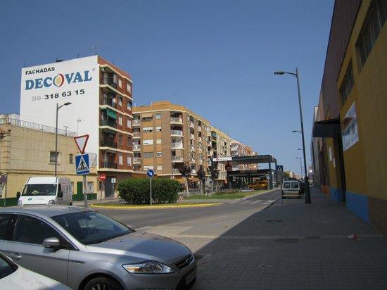 Travelodge Valencia Aeropuerto: Путь к отелю. Шаг 10 - посередине видим вход в метро, справа напротив него вход в отель. Все!.