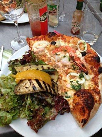 Fann Il Journale : la demi pizza Pescatore avec salade et légumes grillés