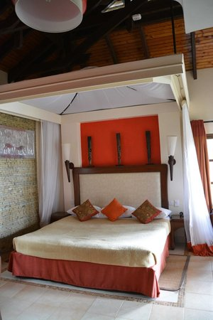 Ol Tukai Lodge: Bed before mosquito netting is drawn