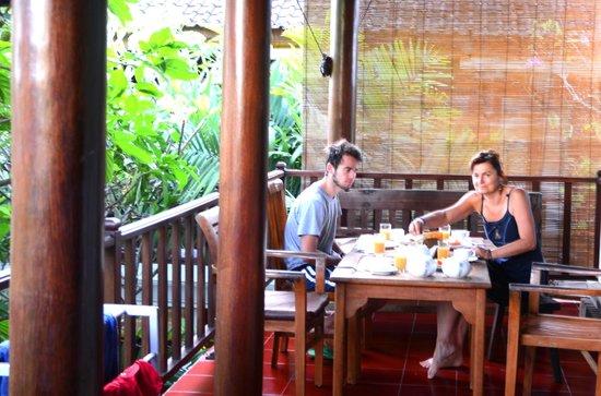 Tropical Bali Hotel : le petit déjeuner sur la terrasse
