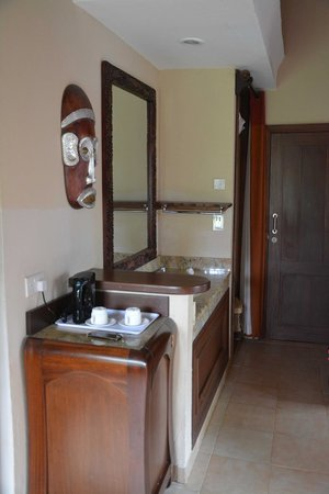 Ol Tukai Lodge: Sink area, counter and safe