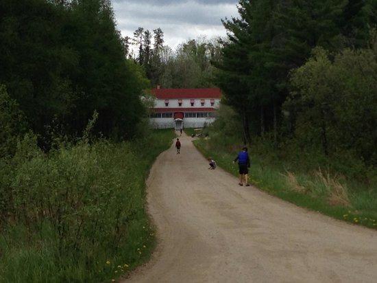 Kettle Falls Hotel: Kids exploring
