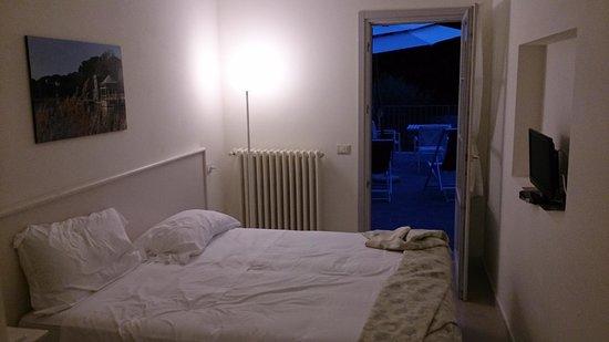 Liù B&B : camera doppia dal vivo, ma nella foto professionale del sito è singola (quella con il letto ross