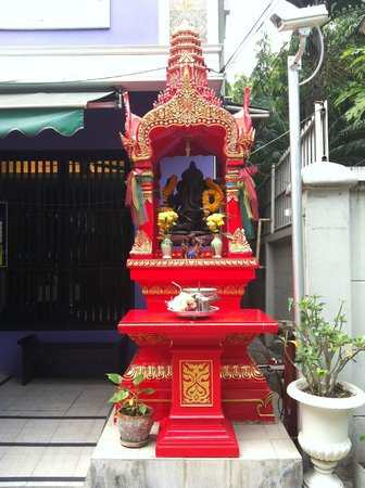 Sawasdee Hotel @ Sukhumvit Soi 8: autel d'offrande afin d'être protégé
