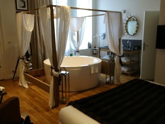 Le Boutique Hotel : suite baignoire centrale