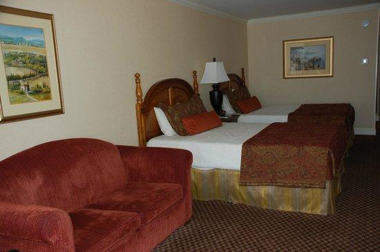 Coventry Motor Inn: Very spacious hotel room.