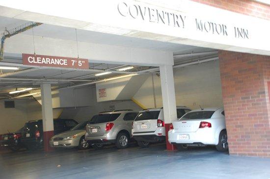 Coventry Motor Inn: Hotel parking.