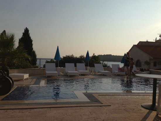 Hotel Life: pool with seaview