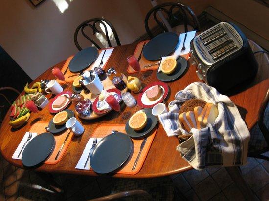 L'Imprevu Bed & Breakfast : Breakfast for four.