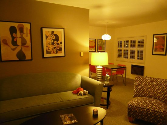 Magic Castle Hotel: Living room/TV area