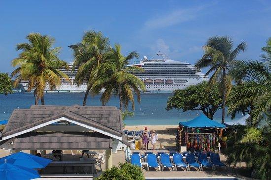 Rooms Ocho Rios : The cruise ship docked at Ocho Rios