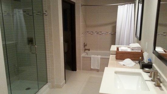 Blue Water Inn : Suite bathroom