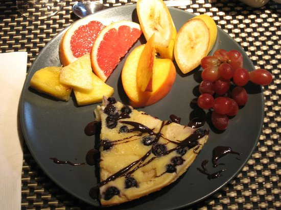 L'Imprevu Bed & Breakfast : Blueberry clafoutis & fruits