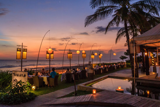 The Samaya Bali Seminyak : Diners enjoying sunset at the Breeze restaurant