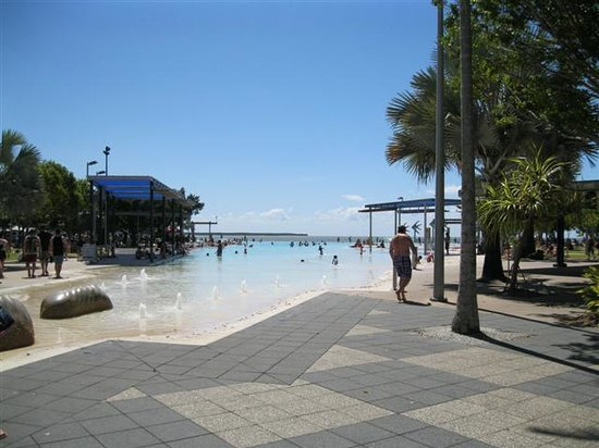 Mantra Esplanade Cairns: Lagoon, right outside hotel