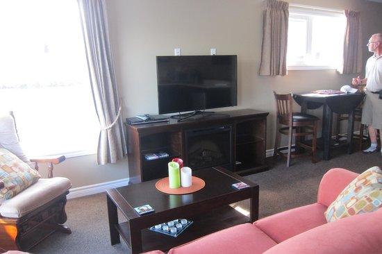 Seaside Suites Gros Morne Newfoundland: All new furniture and TV
