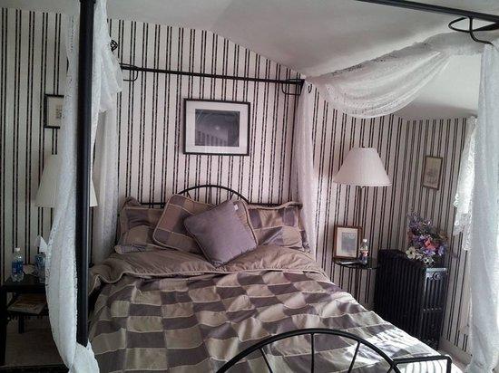 The Five Bells Inn: Sitting Area in Room