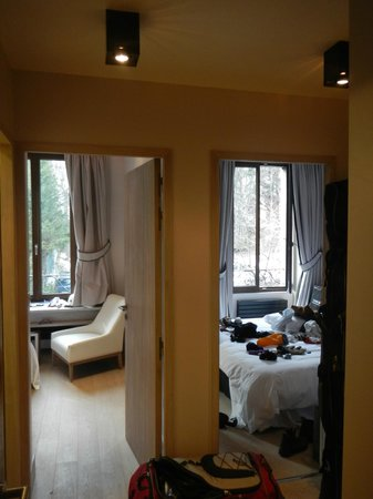 Hotel Richemond: View into the living room and bedroom from the entry