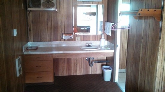 Challis Lodge and Lounge: Sink area and wall a/c unit