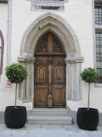 The Three Sisters: Elegante puerta.