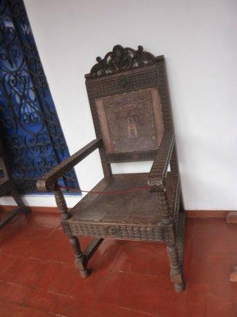 casa garcilaso silla en cuero y madera tallada de la poca colonial