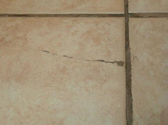 Hampton Inn Midland: Cracked Grout-1