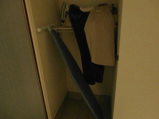 Hampton Inn Midland: Ironing Board No Fit