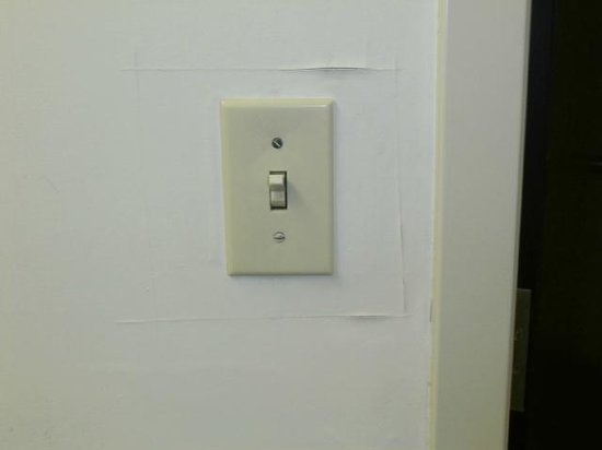 Hampton Inn Midland: Wall Switch Incomplete