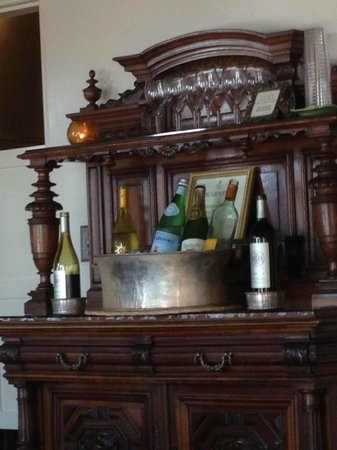 Casa Laguna Hotel & Spa: Self Serve Wine and Cheese