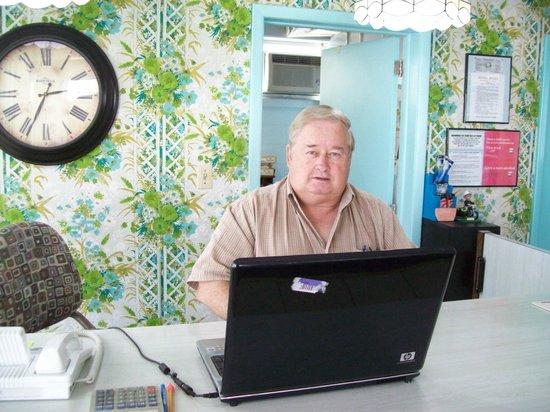 Waikiki Village : Mr Larry