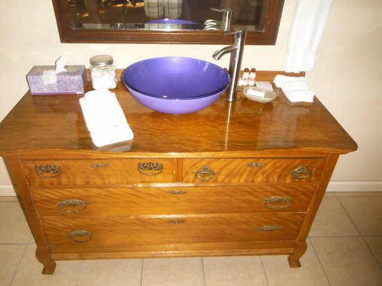Davie School Inn: Gorgeous sink. love the old and the new mix