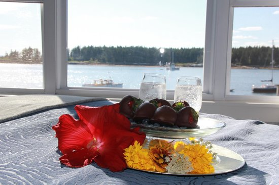 Sebasco Harbor Resort: ordered wine and choc covered strawberries