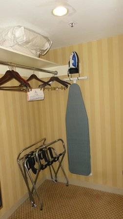 New York Hilton Midtown: walk in closet, has a safe