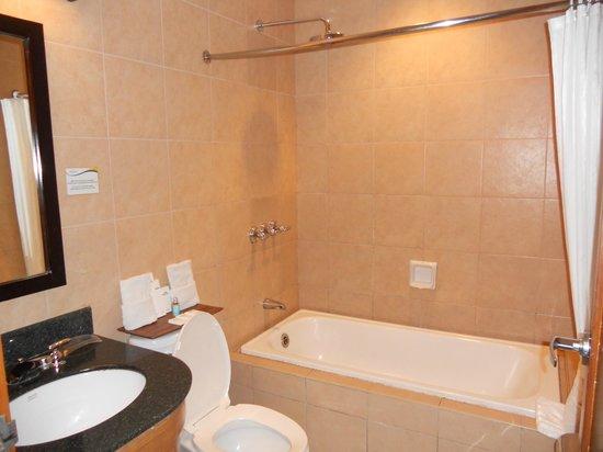 Microtel Inn & Suites by Wyndham Boracay: bathroom